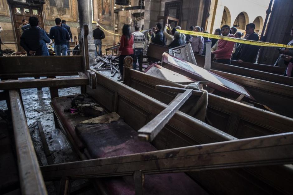 Las bancas también fueron destruidas por la explosión. (Foto: AFP)