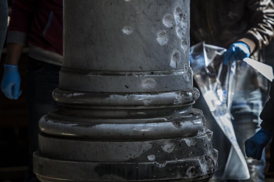 Las esquirlas provocaron daños en las columnas. (Foto: AFP)