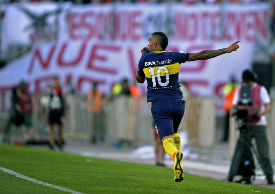 Carlitos Tévez le marcó un doblete al eterno rival. (Foto: AFP)