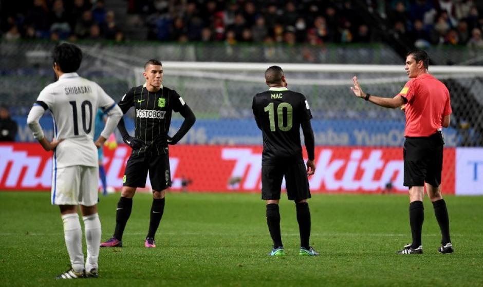 En la repetición se puede ver que hubo una clara falta. (Foto: AFP)