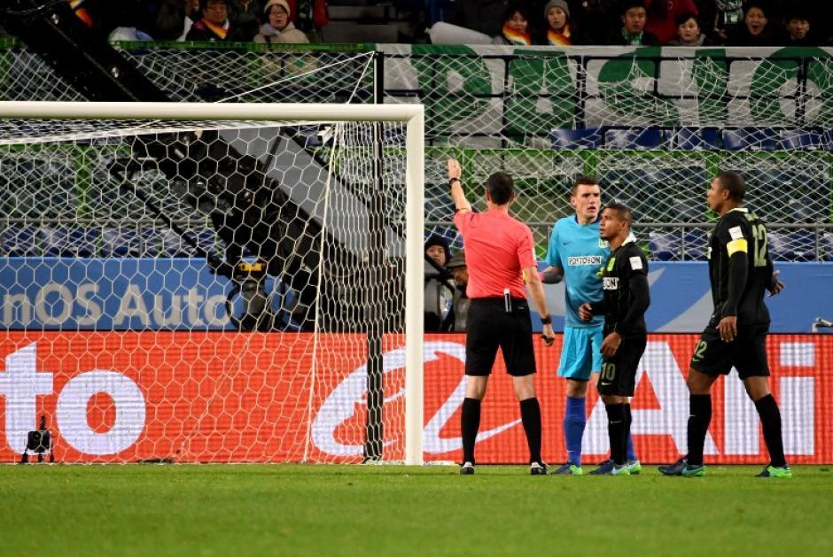 Después de unos segundos señaló la pena máxima. (Foto: AFP)
