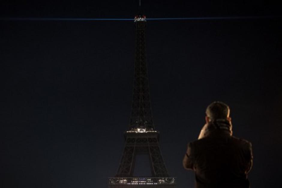 La Torre Eiffel, uno de los monumentos más emblemáticos del mundo apagó sus luces. (Foto: AFP)