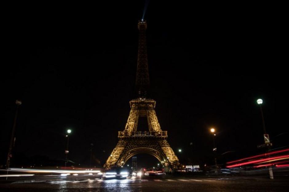 En apoyo a Alepo las luces de la torre fueron apagadas. (Foto: AFP)
