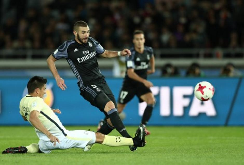 El momento en que Benzema remata para el 1-0. (Foto: AFP)