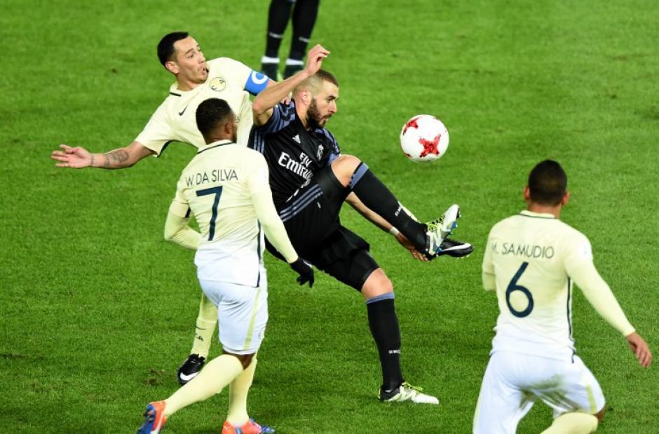 Benzema estuvo marcado en todo momento por la defensa mexicana. (Foto: AFP)