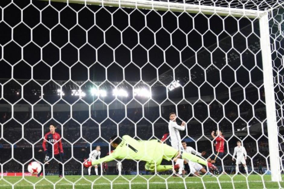 Keylor Navas no logró detener el primer gol del Kashima. (Foto: Behrouz Mehri/AFP)