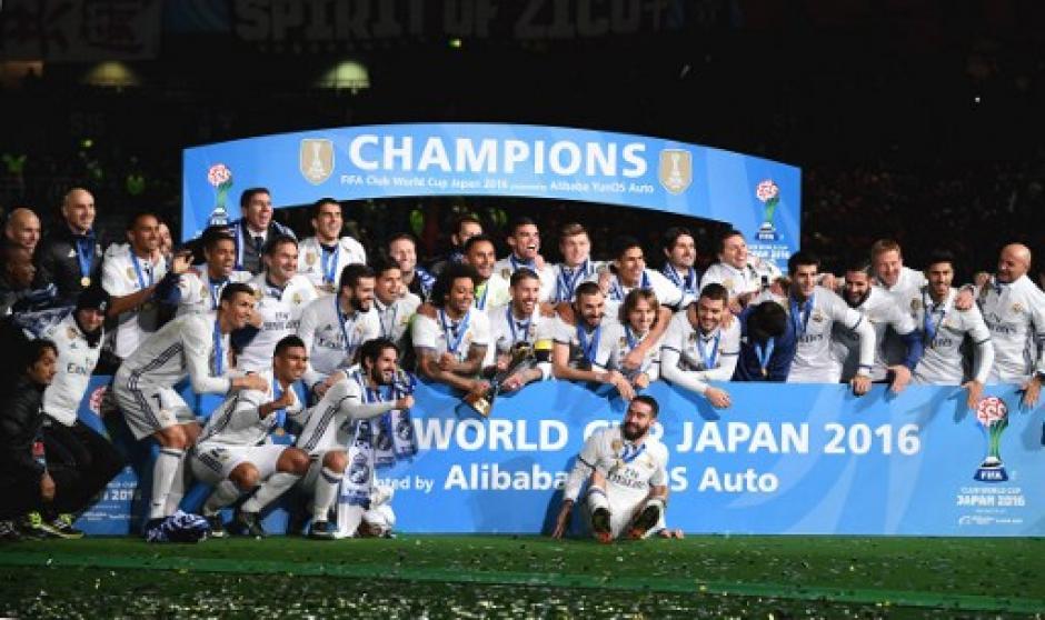 Así recibieron el trofeo los blancos. (Foto: AFP)