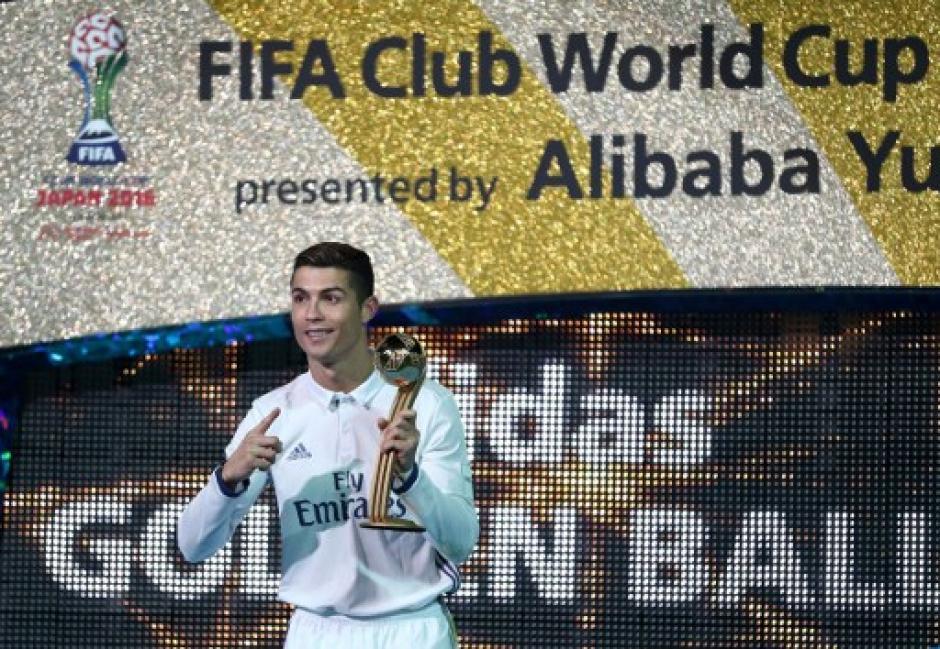 Cristiano lució orgulloso el trofeo del Mundial de Clubes. (Foto: AFP)