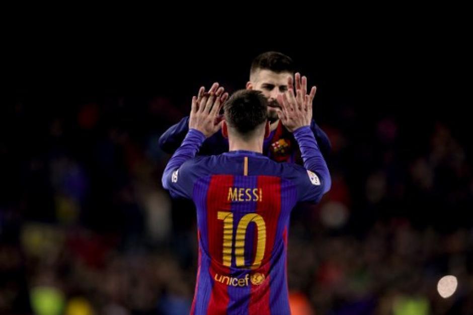 Piqué también felicitó a Messi después del gran partido que el argentino jugó. (Foto: AFP)