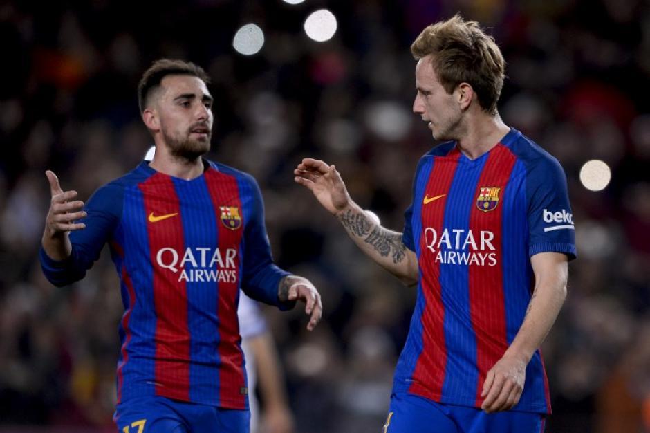 Ivan Rakitić felicita a Paco Alcácer por anotar su primer gol con el Barcelona. (Foto: AFP)