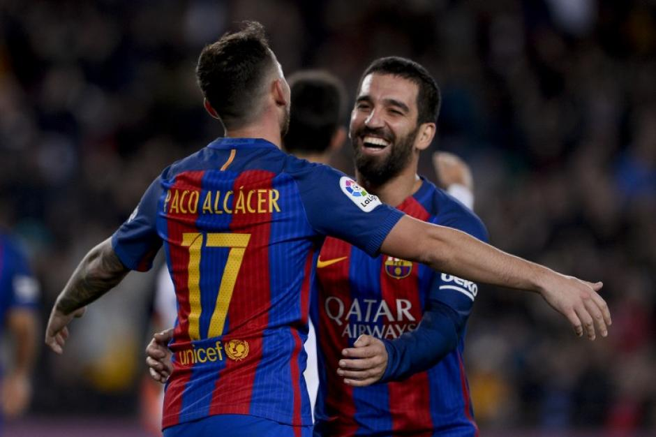Arda celebra con Paco Alcácer; Messi no jugó contra el Hércules. (Foto: AFP)