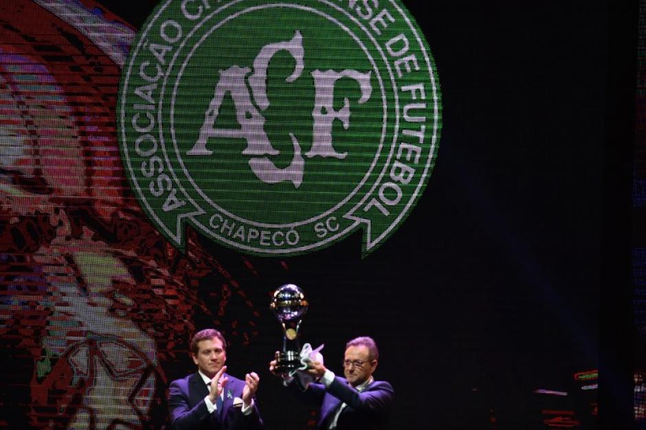 El presidente del club recibió hace unos días la Copa Sudamericana. (Foto: AFP)