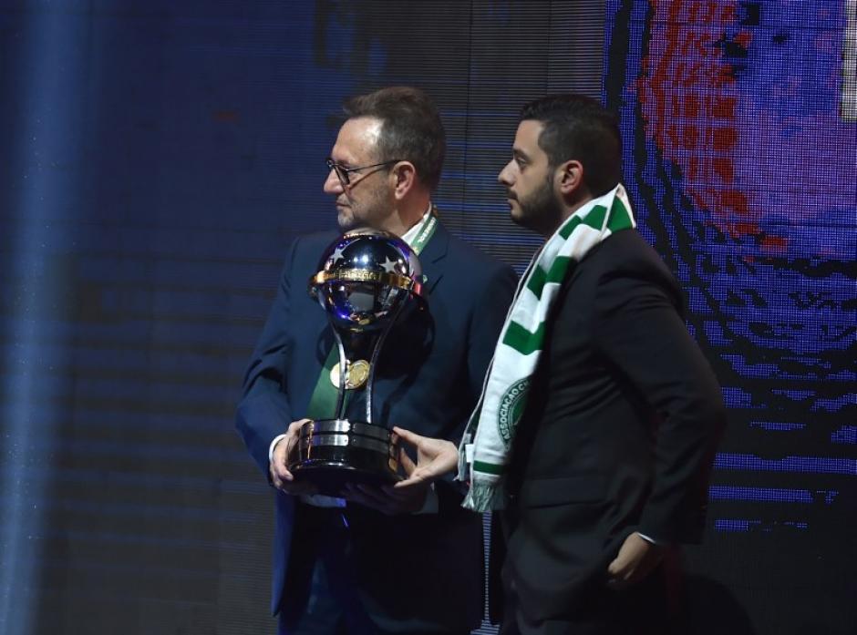 Los presidentes de la Chape y de Atlético Nacional alzaron juntos la Copa. (Foto: AFP)