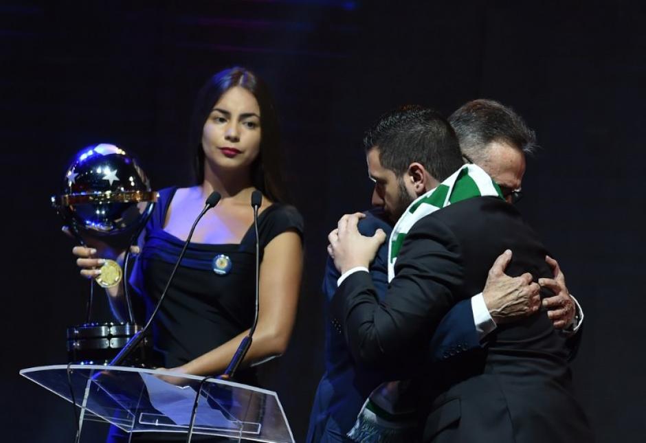 Luego se abrazaron, entre lágrimas y aplausos. (Foto: AFP)