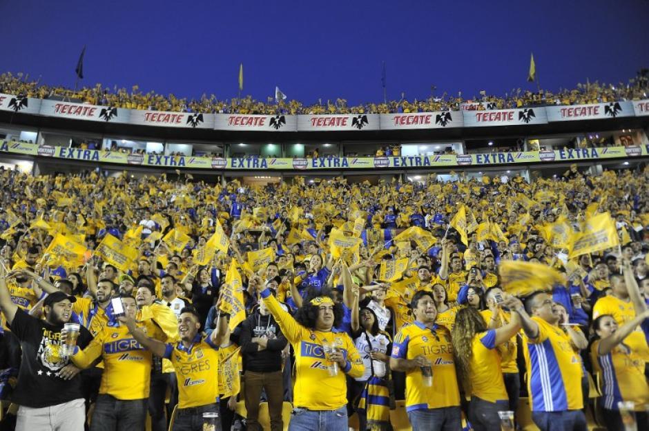 La afición universitaria apoyó con todo a su equipo. (Foto: AFP)
