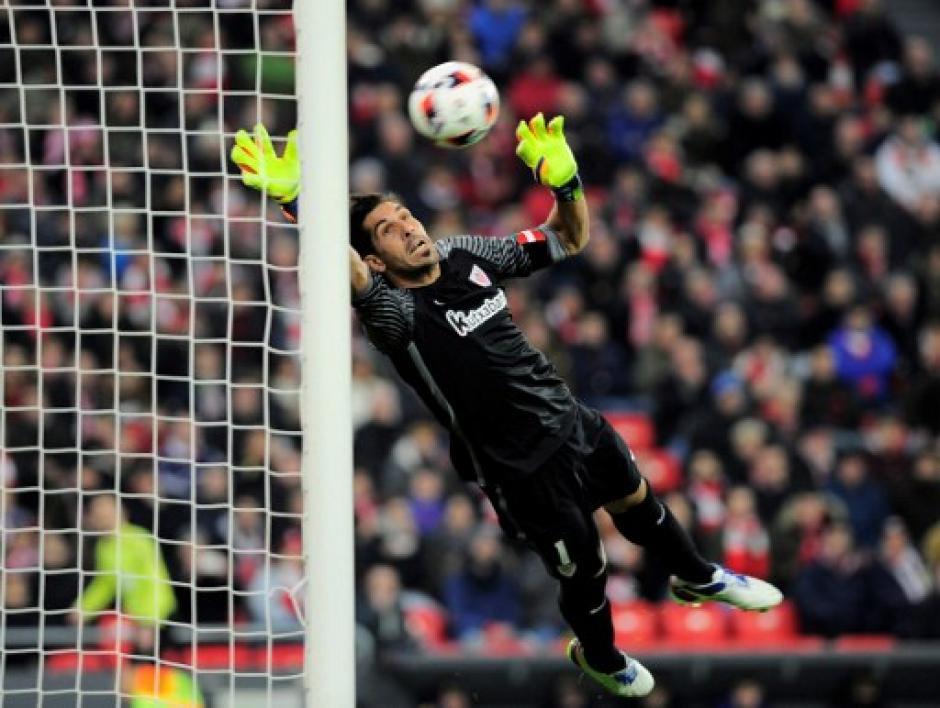 La polémica fue si el remate de tiro libre de Messi superó en su totalidad la línea de gol. (Foto: AFP)