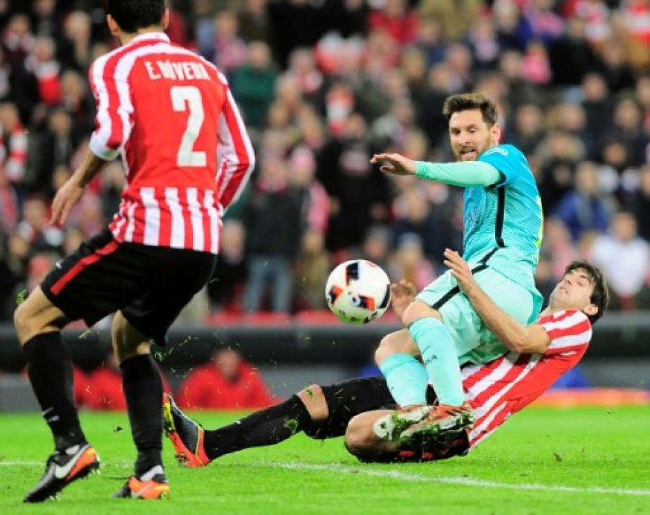 Messi recibió varias entradas fuertes de los bilbainos. (Foto: AFP)
