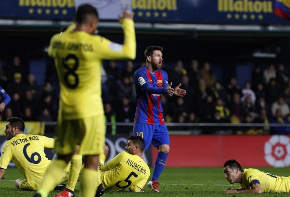 Messi se queja de la mano cometida por Bruno, pero el árbitro no la marcó. (Foto: AFP)