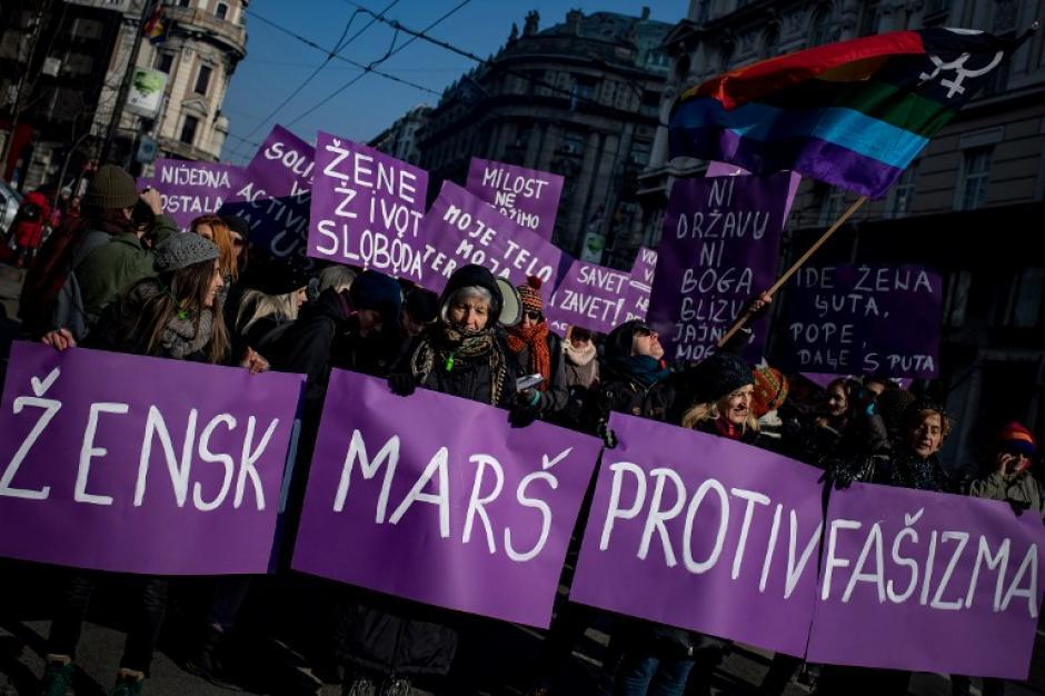 """Varias personas en Serbia mostraron este cartel que dice """"marcha de mujeres en contra del fascismo"""". (Foto: AFP)"""