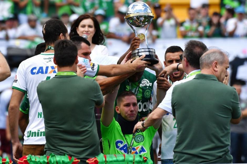 Los tres sobrevivientes de Chapecoense alzaron la Copa Sudamericana 2016. (Foto: AFP)