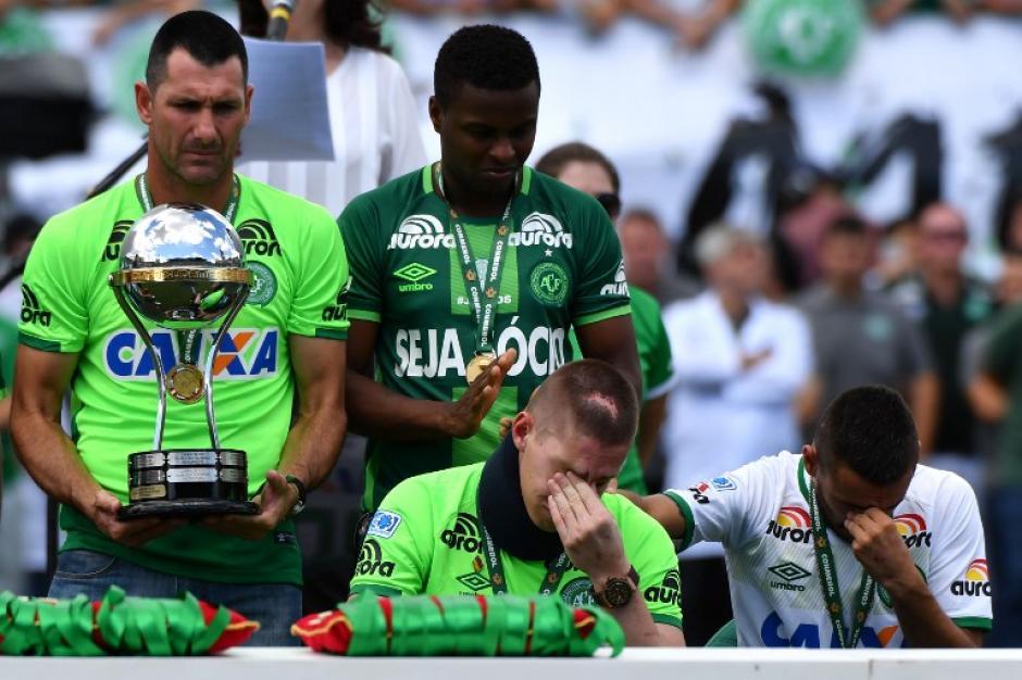 Las víctimas estaban acompañadas de sus parejas, a quienes también se les otorgó una medalla. (Foto: AFP)