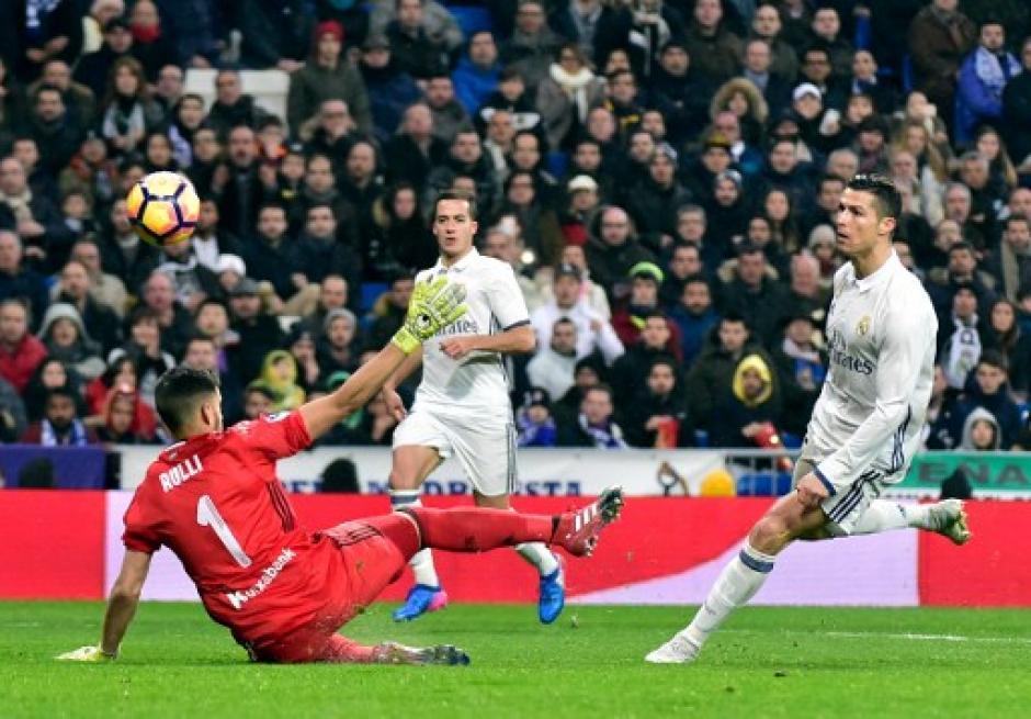 Cristiano Ronaldo definió por encima del arquero rival para el 2-0 ante la Real Sociedad. (Foto: AFP)