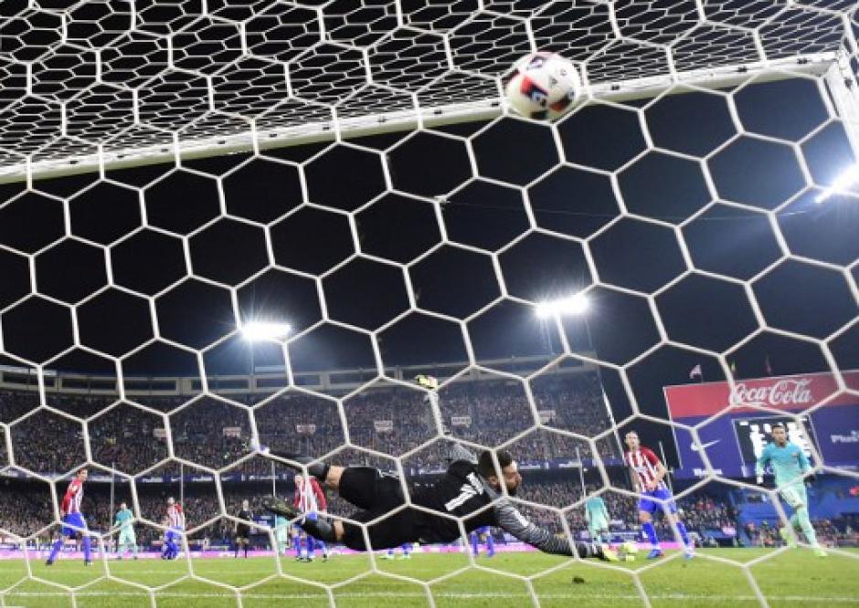 El balón está en el fondo para el gol de Luis Suárez. (Foto: AFP)