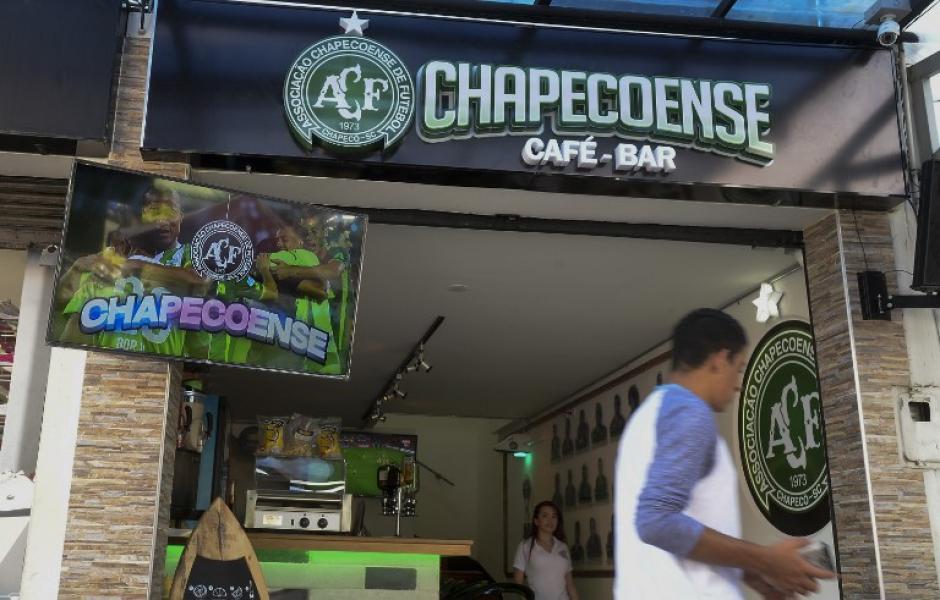 El café-bar se inauguró como un homenaje a las 71 víctimas del avión en el que se transportaban jugadores del Chapecoense. (Foto: AFP)
