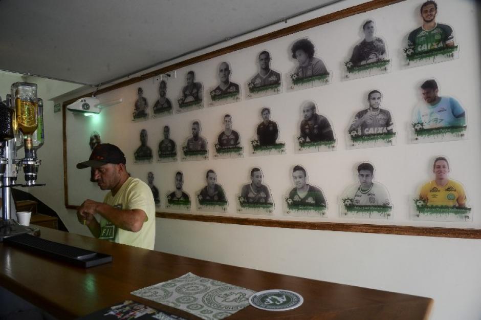 El café-bar está decorado con las 24 fotografías del equipo de Chapecoense. (Foto: AFP)