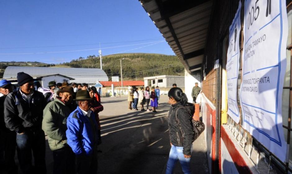 Desde muy temprano, cientos de personas se acercaban para votar. (Foto: AFP)