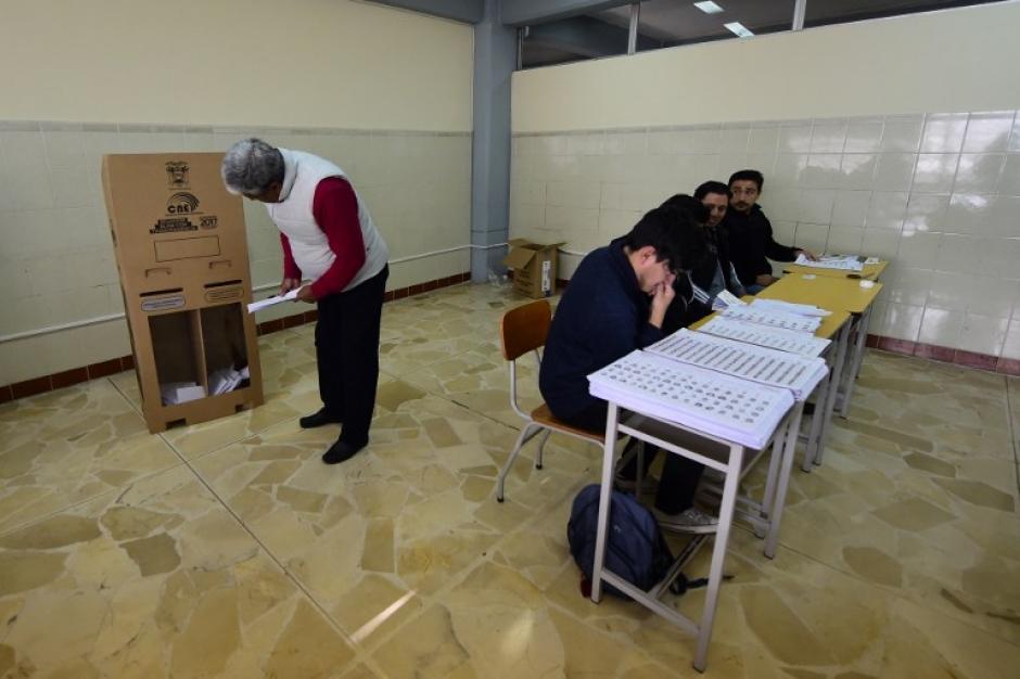 El candidato del partido oficial es quien lidera las encuestas seguido de un exbanquero. (Foto: AFP)