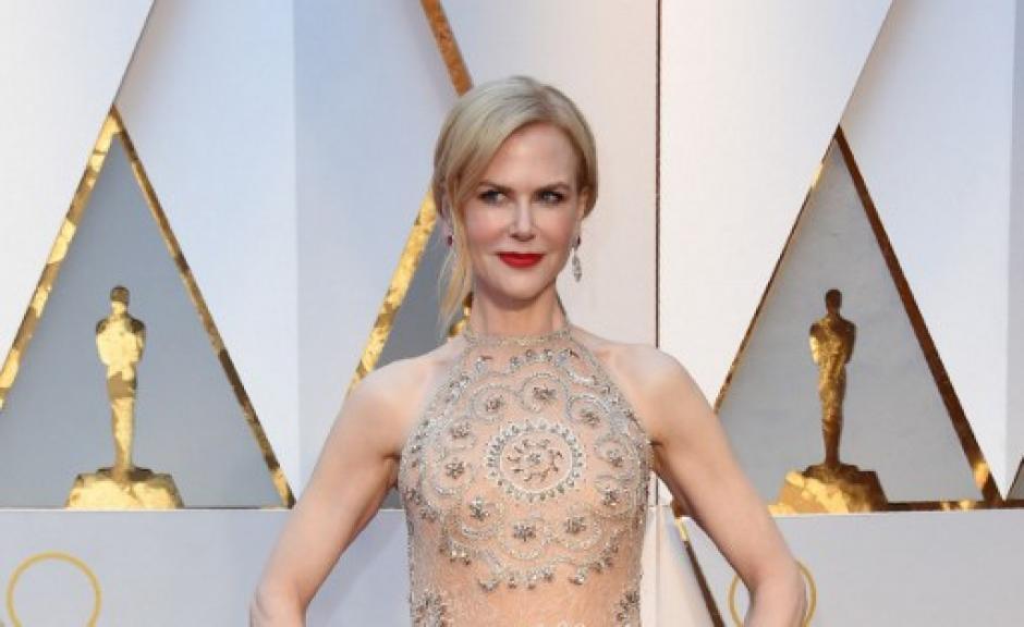 Nicole Kidman impactó a todos con un diseño claro y toques brillantes en combinación con su piel del diseñador libanés Armani Privé. (Foto: VALERIE MACON/AFP)