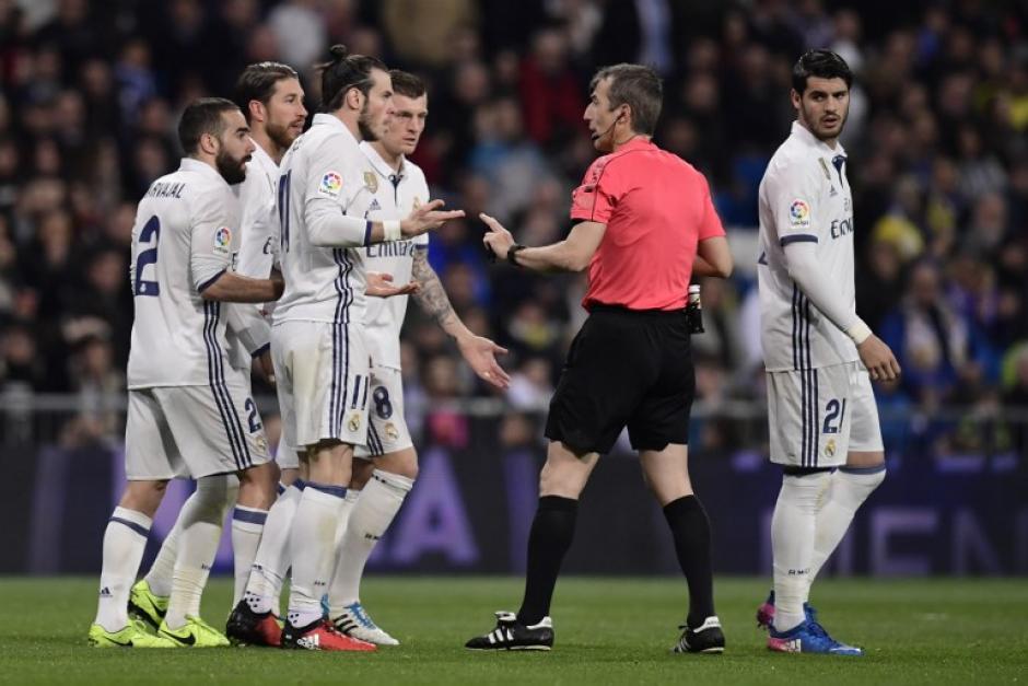 Gareth Bale perdió la cabeza luego de cometer una falta. (Foto: AFP)