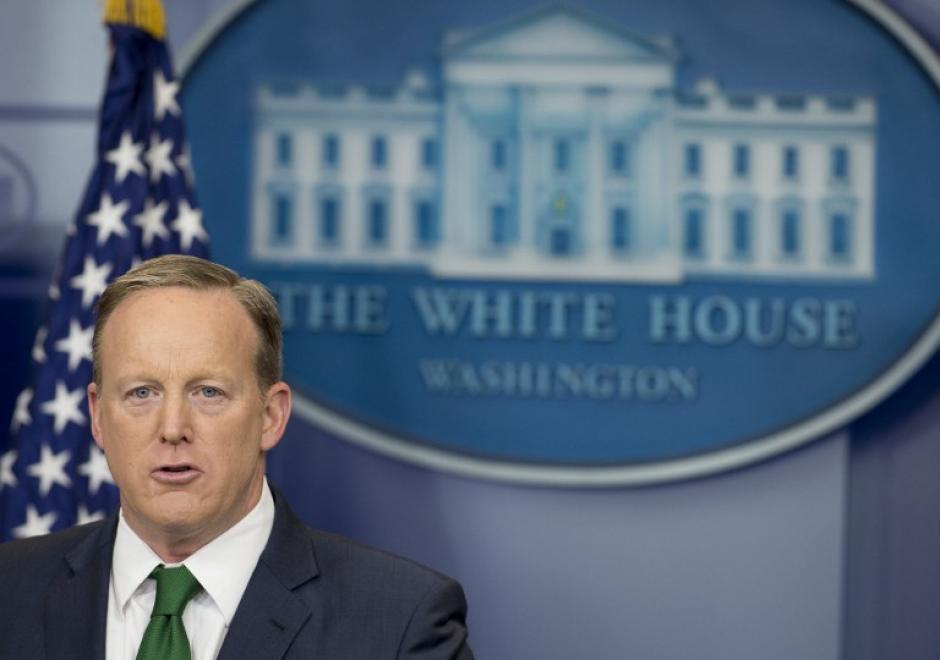 El vocero de la Casa Blanca parece que dejará de usar corbatas verdes si va a salir en televisión. (Foto: AFP)