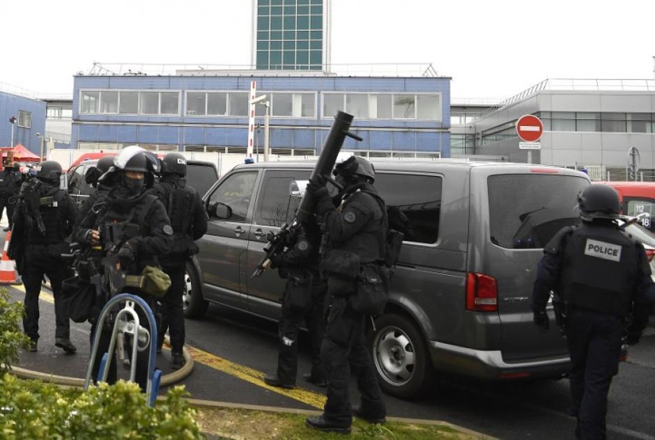 Cerca de tres mil viajeros fueron retirados del lugar. (Foto: AFP)