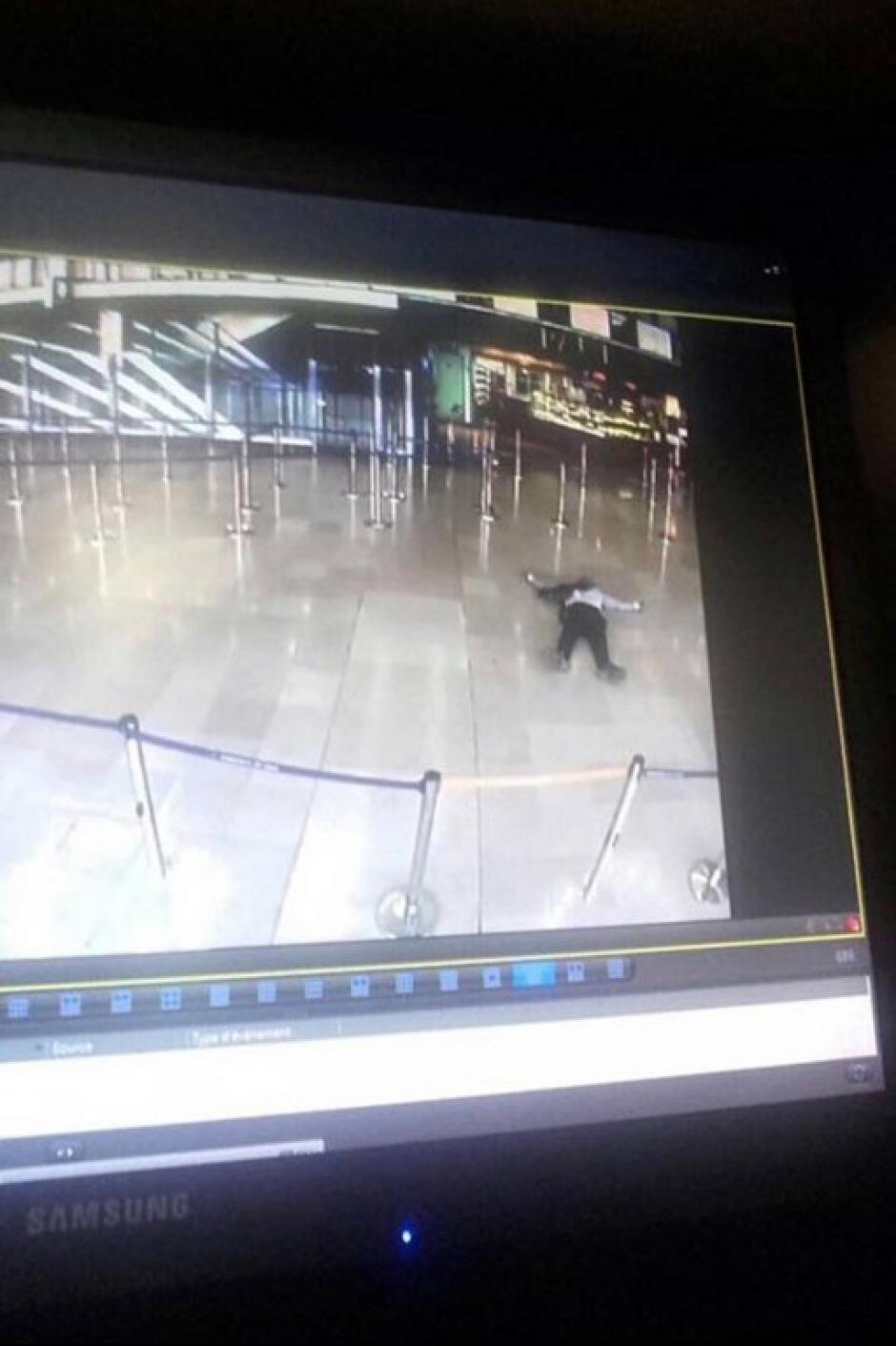 Un hombre intentó robar el arma a un elemento militar dentro de la terminal aérea. (Foto: AFP)