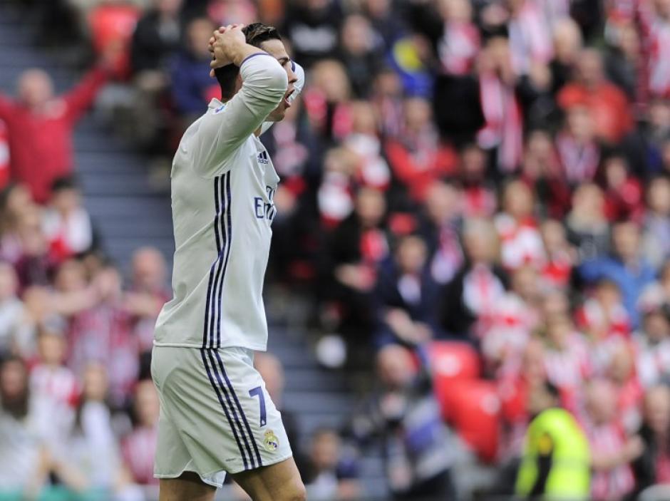 Cristiano Ronaldo salió molesto con su técnico que lo cambió por Isco a 10 minutos del final. (Foto: AFP)