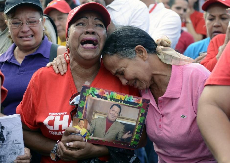 Los partidarios del fallecido presidente de Venezuela, Hugo Chávez lloran delante del Hospital Militar - donde había estado hospitalizado - un día después de su muerte, el 6 de marzo 2013, en Caracas. (Foto:AFP/Leo RAMIREZ)