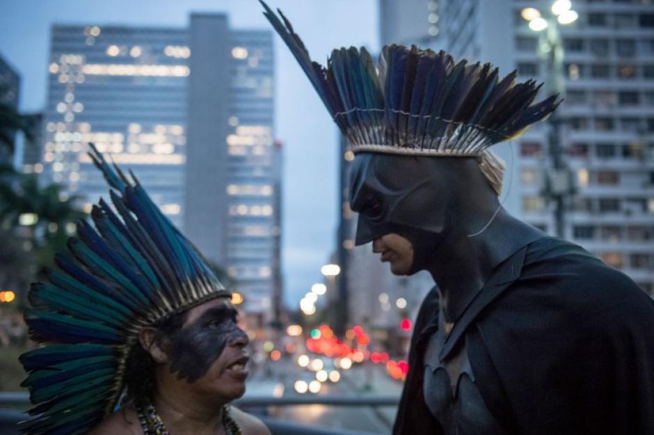 Líder Korobo Indígena, habla con la activista Eron Morais de Melo (disfrazado de Batman), durante una protesta en el marco de la Semana de Movilización Nacional Indígena de Río de Janeiro.