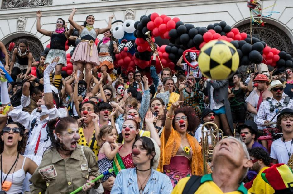 "Artistas posan con una araña gigante hecha de globos durante el evento anual ""Anjos do Pacadeiro"" en Río de Janeiro Brasil, en la foto del 6 de diciembre. (Yasuyoshi Chiba/AFP)"