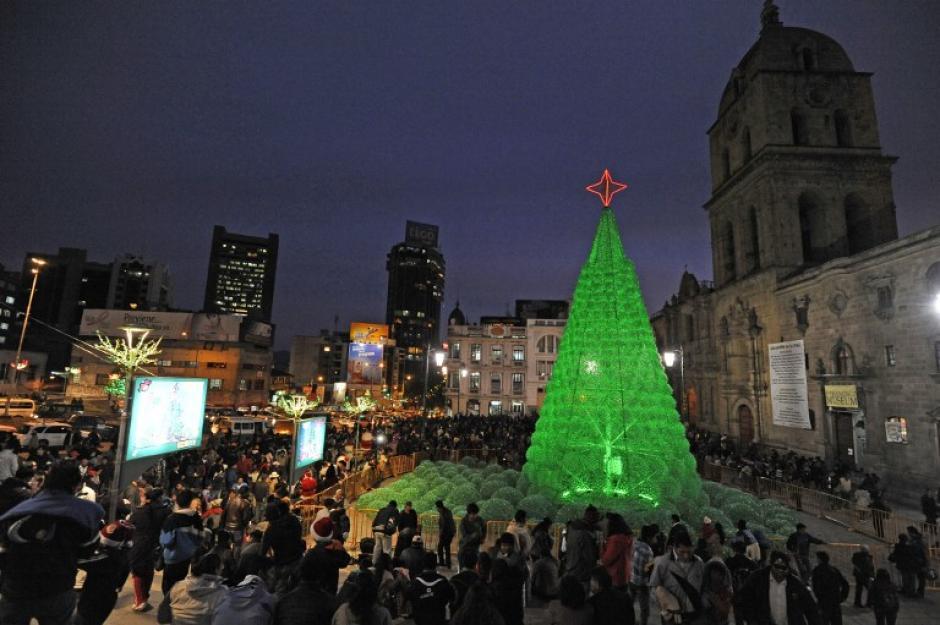 La gente disfruta del árbol de Navidad ecológico en la explanada de la Basílica de San Francisco en La Paz, Bolivia. (Foto: AFP)