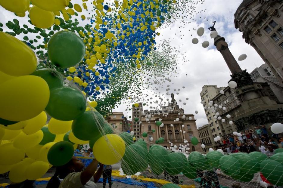Miles de globos son lanzados al aire en la ciudad de Sao Paulo esta actividad organizada por la Asociación de Comercio, la tradición inicio en 1992 con un niño que liberó 100 globos y que se ha convertido en una tradición de Año Nuevo. (Foto: AFP/ Nelson ALMEIDA)