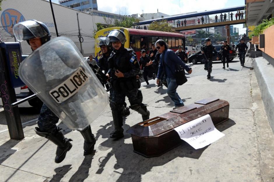 La Policía antimotines disolvió la protesta de estudiantes. (Saúl Martínez/EFE)