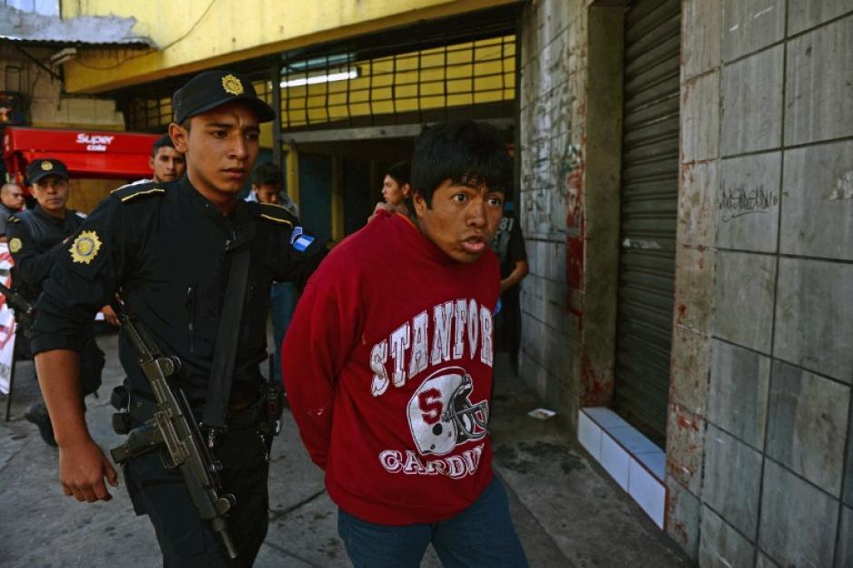 Algunos de los supuestos estudiantes fueron capturados a los alrededores de la zona 4. (Saúl Martínez/EFE)