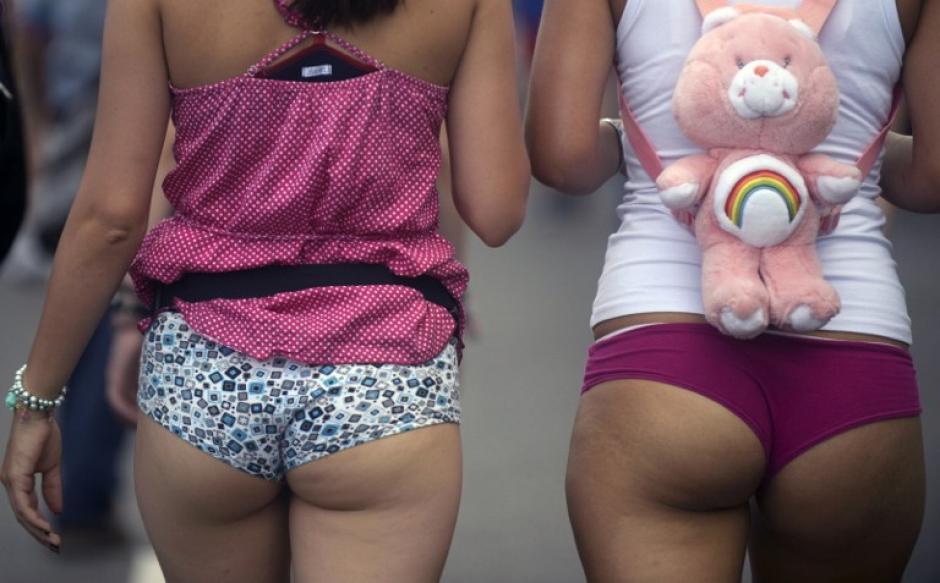 Cientos de personas participaron este domingo del 'día sin pantalones' en Medellín marchando por las calles en ropa interior y gritando consignas a favor de la libertad de expresión. (Raúl Arboleda/AFP)
