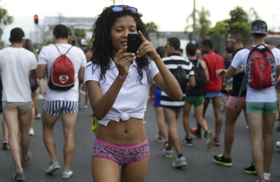 La caminata sin pantalones es una muestra del poder de convocatoria a través de las redes sociales. (Raúl Arboleda/AFP)