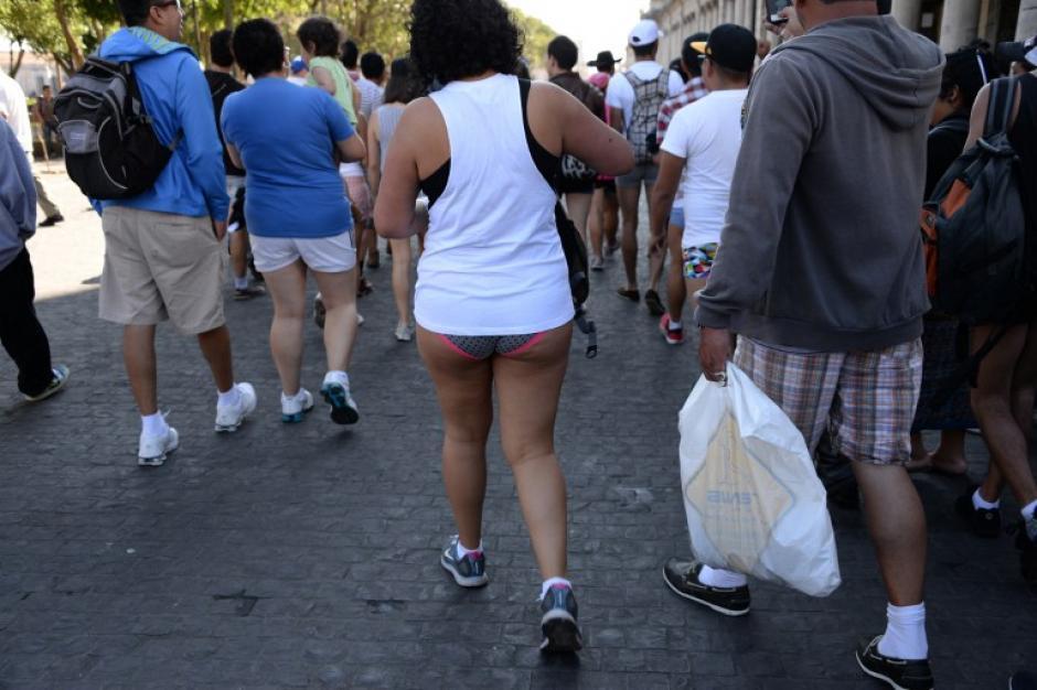 Muy pocas mujeres se atrevieron a caminar sin pantalones en la sexta avenida del centro de la capital. (Foto: AFP)