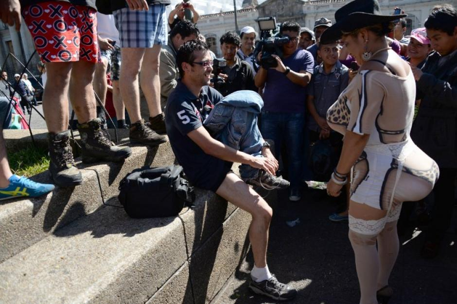 Los manifestantes sin pantalones invitaron a la gente en el recorrido a unirse a su protesta en contra de la violencia en el país. (Foto: AFP)