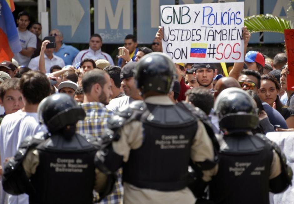 Según versiones de prensa local, funcionarios del Servicio Bolivariano de Inteligencia (Sebin) y civiles dispararon en las inmediaciones de la manifestación ese día en lugares donde se produjeron dos de las tres muertes. Foto AFP
