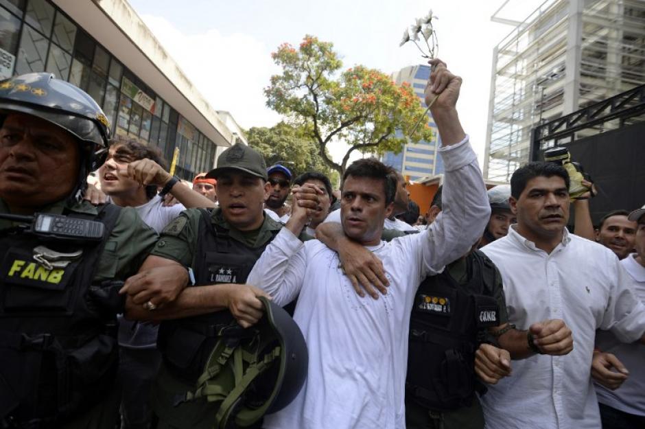 Un tribunal de Caracas dictó orden de captura contra López el pasado miércoles acusándole de múltiples cargos, entre ellos, homicidio y terrorismo, tras los incidentes que desembocaron en tres muertos y decenas de heridos al final de una manifestación estudiantil y opositora. Foto AFP